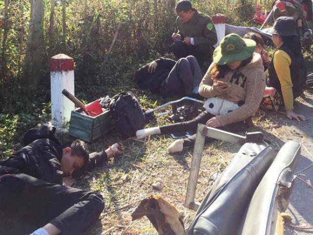 Xe chở đoàn từ thiện lao vào vách núi, 9 người thương vong