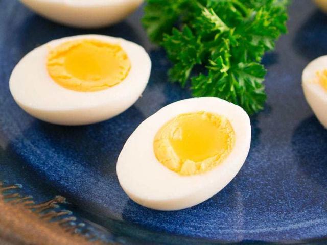 Luộc trứng nhớ thêm một loại nguyên liệu quen thuộc, trứng nào cũng thơm ngậy, dễ bóc, tròn trĩnh
