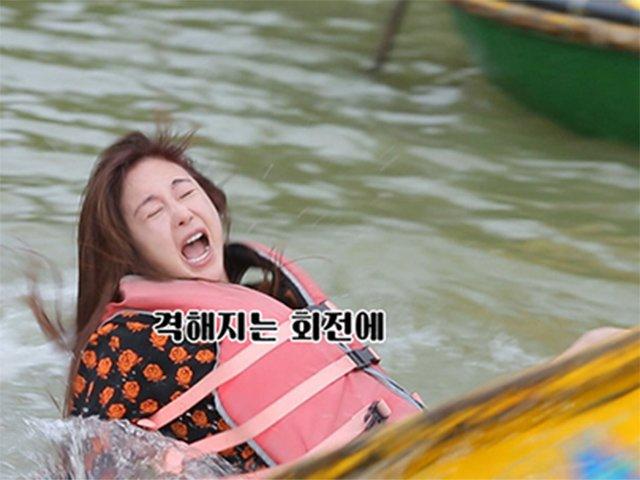 Hoa hậu Hàn Quốc ngã văng xuống nước khi chơi thuyền thúng ở Việt Nam