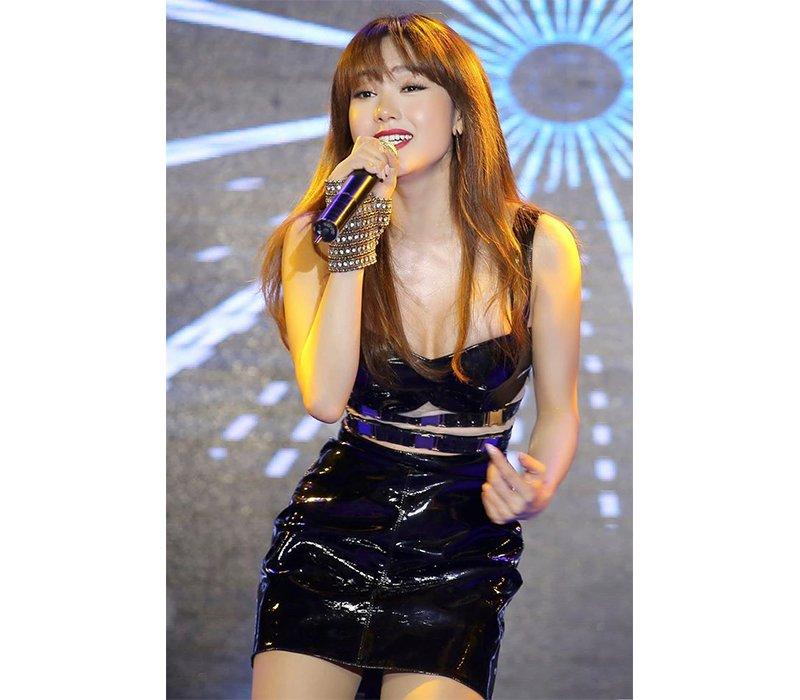 Minh Hằng vốn được biết tới là một trong những nữ ca sĩ hàng đầu Vbiz hiện nay. Sinh năm 1987, hiện tại đã 32 tuổi nhưng Minh Hằng vẫn luôn cho thấy một hình ảnh vô cùng xinh đẹp, trẻ trung.