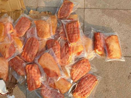 Hà Nội: Bắt hơn 1 tấn thịt đông lạnh, bánh kẹo Trung Quốc đang chuẩn bị bán ra thị trường
