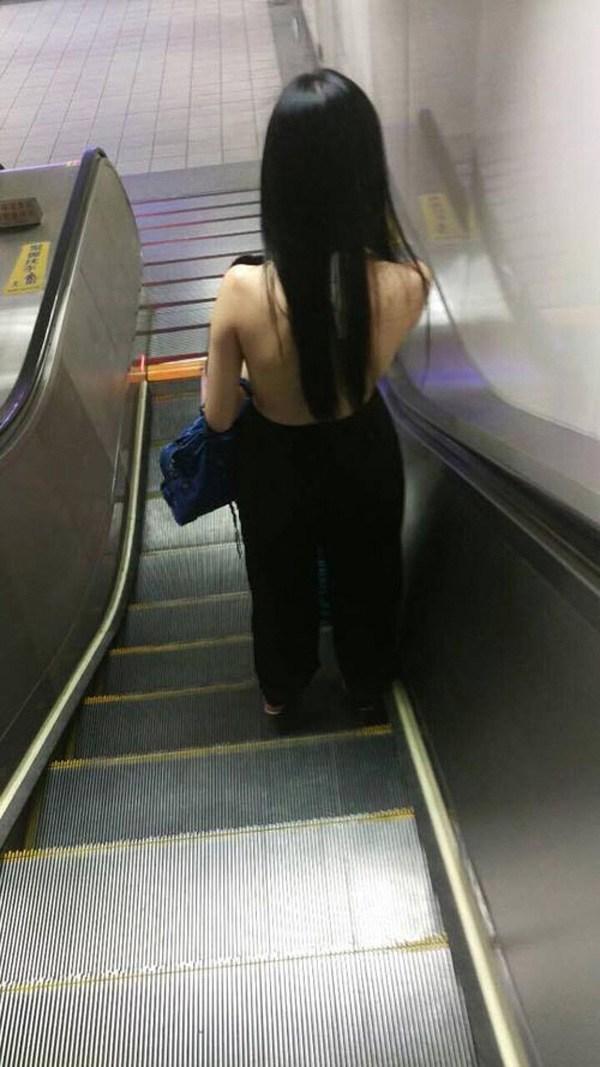 Là chuyện biết rồi nói mãi, váy áo hở lưng rộng huếch vẫn được không ít nàng diện ra phố - 9