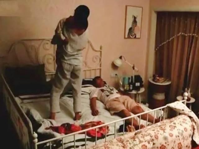 Sau sinh đêm nào chồng gạ vợ cũng quay lưng nói em mệt lắm, lén đặt camera thì chết điếng