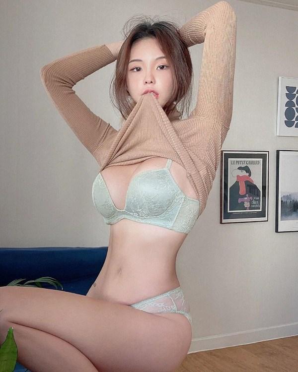 Tự làm người mẫu chụp hình rồi đăng bán đồ nội y, cô gái tiện khoe luôn body căng mọng - 1