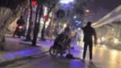 Nam thanh niên cãi nhau với bạn gái giữa đường, liên tục đấm đá vào xe máy