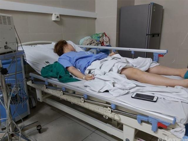 Con gái ngất trên bồn cầu, mẹ đưa đến bệnh viện nghe bác sĩ nói một câu đứng hình