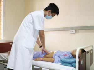 Thường xuyên chấm tương ớt khi ăn, bé trai phải nhập viện cấp cứu