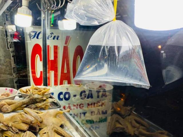 Đi chợ thấy những chiếc túi nilon nước treo lơ lửng ở hàng quán, sự thật đằng sau là gì?