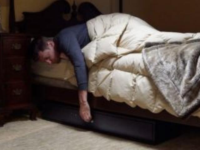 Chuyển tới nhà mới thấy chiếc hộp giấu dưới gầm giường, người đàn ông kinh hãi khi mở ra