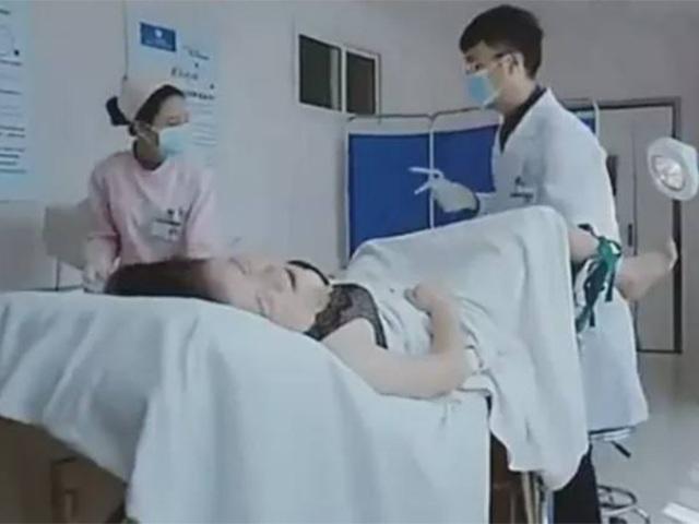Mẹ chồng đi khám thai cùng con dâu, nghe bác sĩ nói một câu liền giận dữ bước ra ngoài