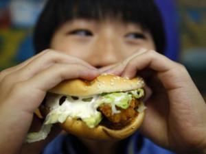 Hà Nội: Bé trai 10 tuổi nguy kịch sau ăn một chiếc hamburger