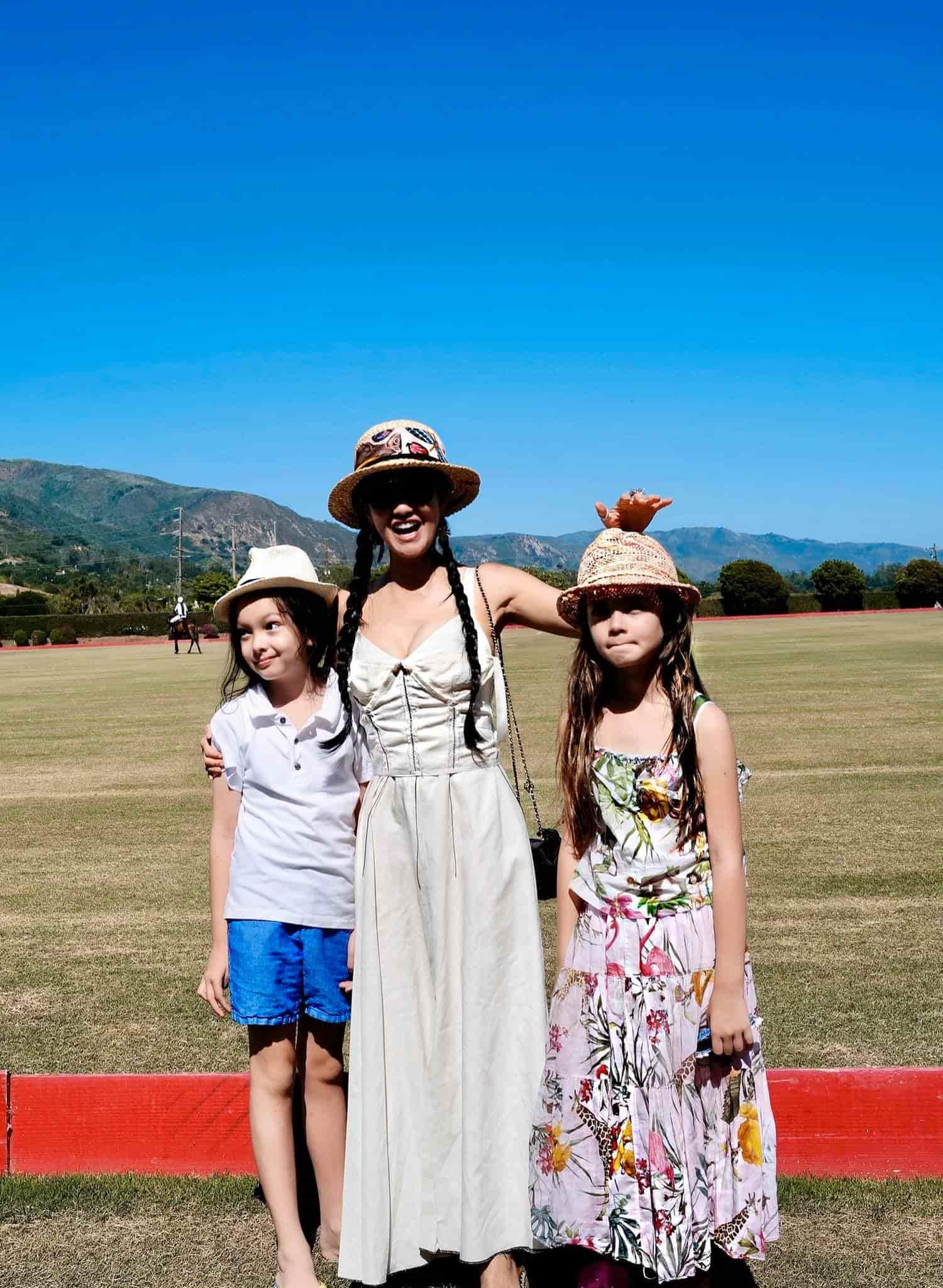 Cặp song sinh lai nhà Hồng Nhung đẹp tựa thiên thần, chơi môn thể thao hoàng gia để rèn dáng