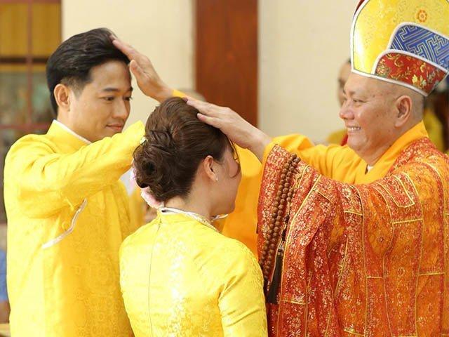 Quý Bình được dàn vệ sĩ hộ tống làm lễ tại chùa cùng vợ doanh nhân