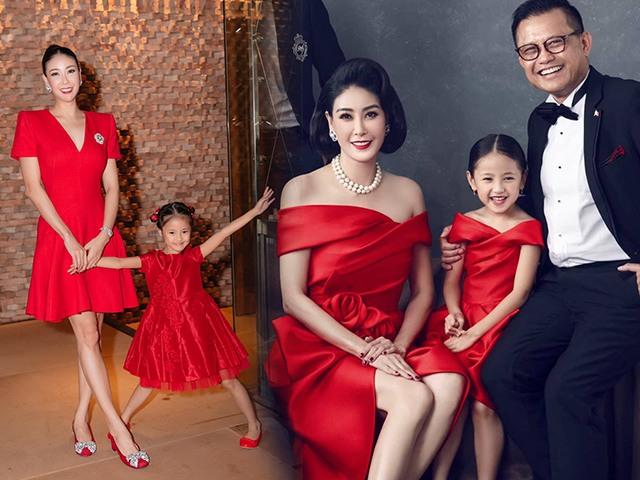 Mẹ con Hoa hậu chăm đầu tư váy áo đồng điệu, đi đâu cũng diện đẹp đều ngỡ chị em