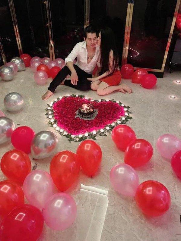 Trong biệt thự 18 tỷ, chị gái Ngọc Trinh được chồng kém tuổi mừng sinh nhật lãng mạn