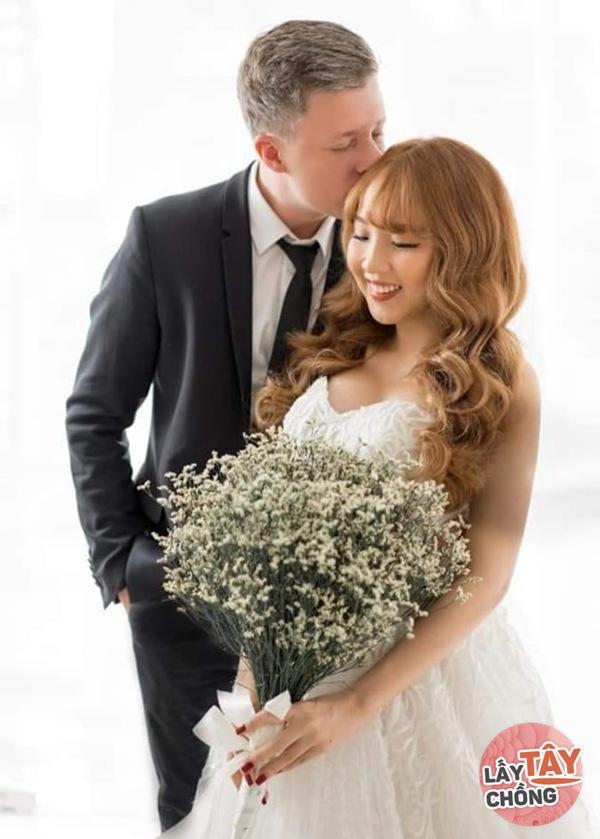 Lên mạng thả thính, cô gái Việt câu được chồng Đức, ngày cưới thông gia ôm nhau khóc