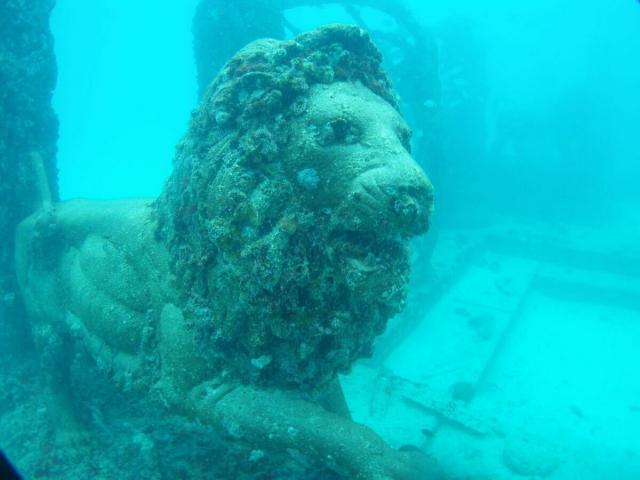 Sửng sốt với đài tưởng niệm ma mị nằm dưới đáy đại dương