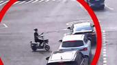 Mải nhìn điện thoại, người phụ nữ vượt đèn đỏ rồi tông trúng ôtô